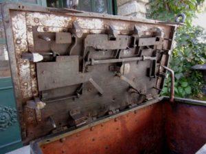 Système de fermeture d'un coffre de corsaire
