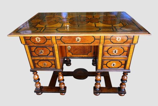 Bureau Mazarin du XVIIe siècle