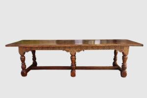 Table en chêne, ceinture sculptée